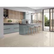 Imagem de uma cozinha com porcelanato avorio no piso