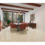 Sala de jantar ambientada com piso cerâmico