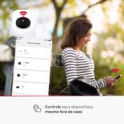 Imagem de uma mulher com seu smartphone programando horários no seu controle inteligente