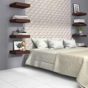 Imagem de um quarto com uma cama, prateleiras e piso com cerâmica