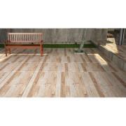 área externa com um banco em madeira e cerâmica unique no piso