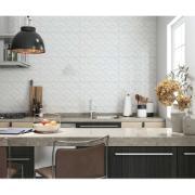 cozinha com pendente, mesa e revestimento cerâmico na parede